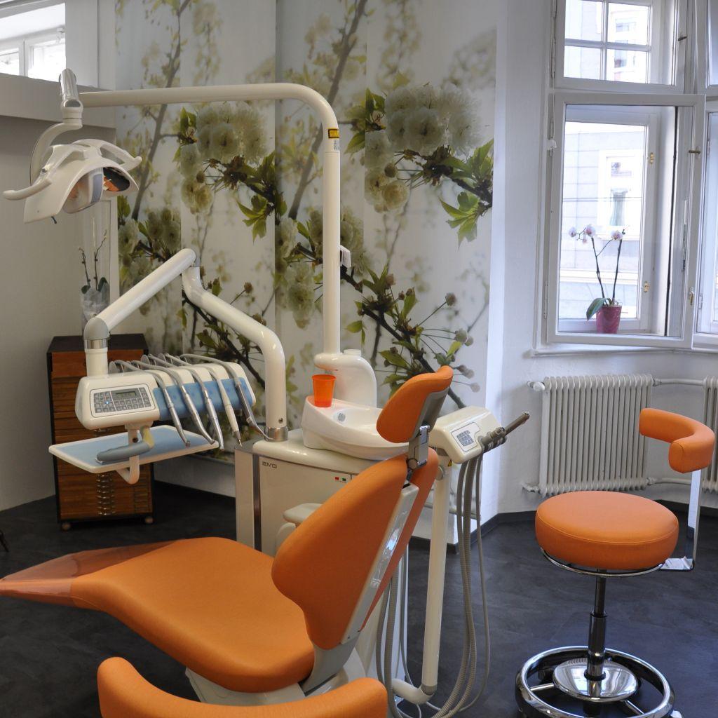 Dr. med. dent. Sieglinde Hattinger - Zahnarzt Innsbruck - Tirol - Sylvia Mitterer - Google Bewertung - Behandlungsraum