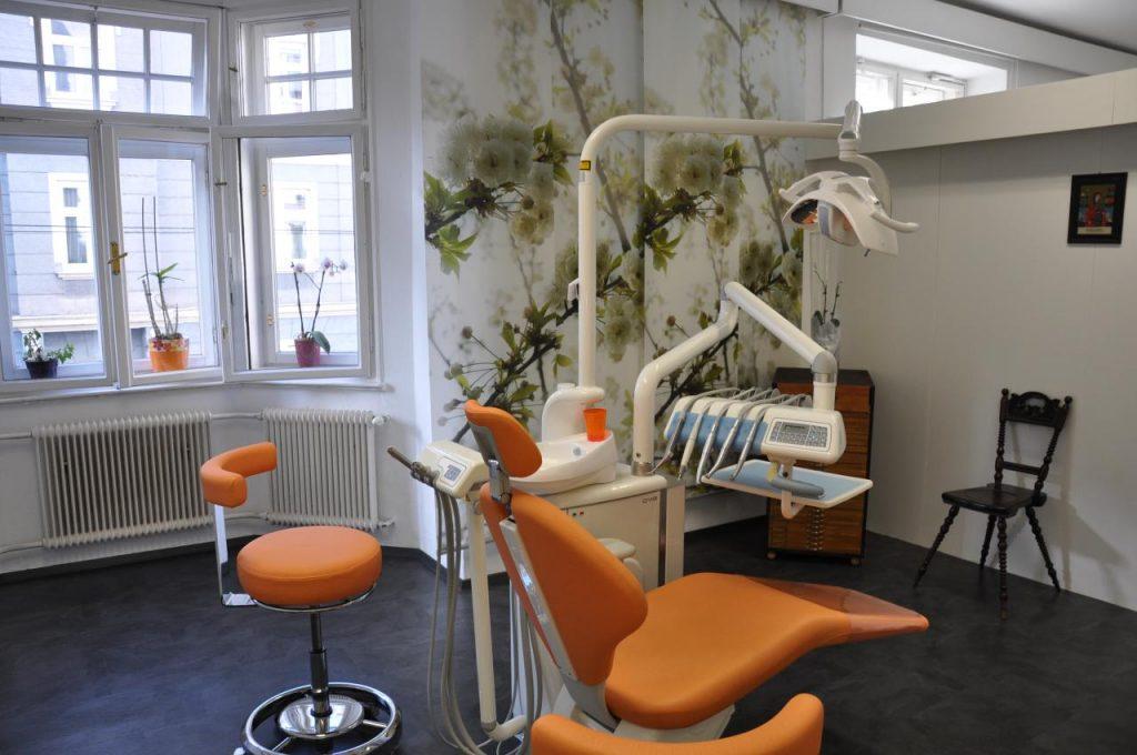 Dr. med. dent. Sieglinde Hattinger - Zahnarzt Innsbruck - Tirol - Unsere Praxis - Behandlungsraum